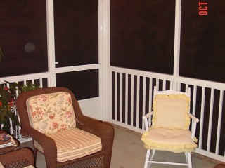 screen-porch-with-pickets